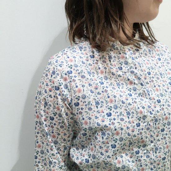 Parkes - バンドカラー 背中タックの長袖シャツ(リバティコレクション)