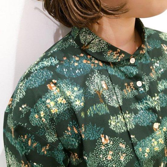 Parkes - 花畑と動物柄のちいさい丸衿のシャツ
