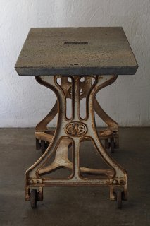 石のテーブル -stone top work table