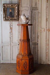 修道院の回廊にて、佇む木製のコラム-wood stand