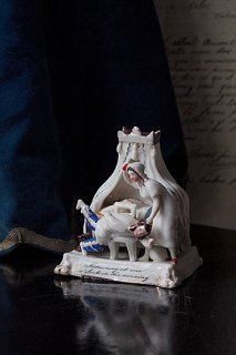 ヴィクトリア時代、ある朝 喧噪の始まり-antique porcelain object