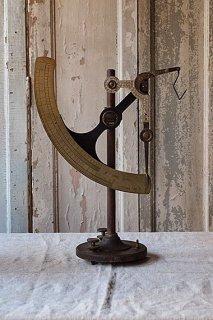 均衡保つスケール-antique letter scale