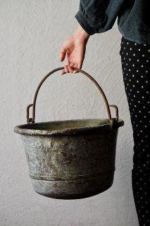 傍ら、緑青纏うバケツ-antique copper bucket