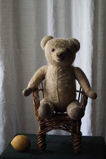 やれやれ、と惚けるクマ-vintage teddy bear