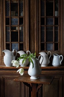 水差し、清く滑らかな白の集まり-vintage and antique pottery pitcher