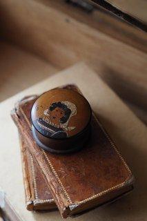 笑む民族衣装女性-vintage round wood case