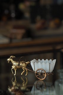 闊歩する山羊馬車-antique goat carriage objet