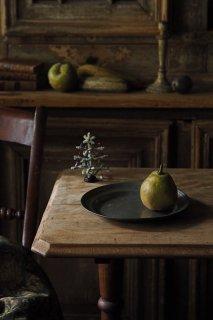 中間を担う、燻し銀光る-antique pewter round plate