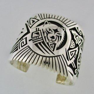 【146mm】マーカスクーチウクヴィア<br>勇気の象徴であるクマがふんだんに描かれた1点ものバングル<br>シルバーバングル/ホピブレス<br>【ホピ族】Marcus Coochwikvia<br>