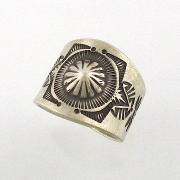 【22.5号】エディソンサンディスミス作<br>20mm幅 エンボスリング<br>ナバホリング スタンプリング <br>【ナバホ族】Edison Sandy Smith ESS<br>