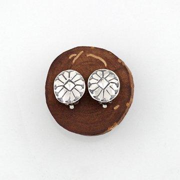 シルバーコンチョイヤリング<br>ハンドスタンプでデザインしたコンチョタイプのイヤリング<br>【ナバホ族】ALV<br>