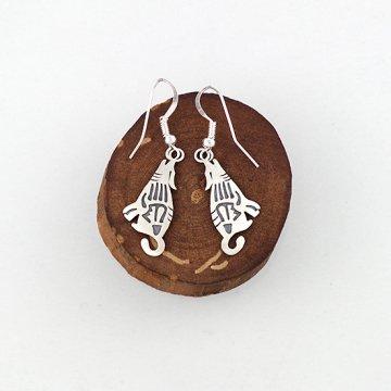 遠吠えするコヨーテのスタンプピアス<br>シルバープレートにスタンプでデザインしたシルバーピアス<br>【ナバホ族】<br>