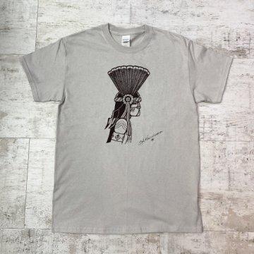 【Bennett×SandiaコラボTシャツ】アイスグレー<br>ホピ族のアーティスト ベネットによるコマンチェカチナが描かれたオリジナルTシャツ<br>Bennett Kagenvema<br>