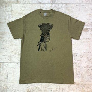 【Bennett×SandiaコラボTシャツ】プレリーダスト<br>ホピ族のアーティスト ベネットによるコマンチェカチナが描かれたオリジナルTシャツ<br>Bennett Kagenvema<br>