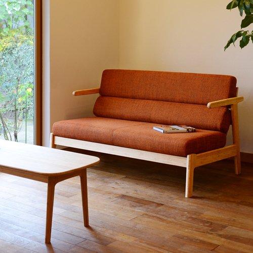 コンパクトな肘掛けが使いやすいソファ