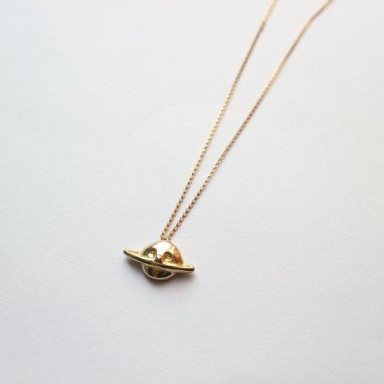 頬杖ついた土星のネックレス