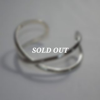 <img class='new_mark_img1' src='https://img.shop-pro.jp/img/new/icons7.gif' style='border:none;display:inline;margin:0px;padding:0px;width:auto;' />【roundabout】Silver Cross-Over Bangle