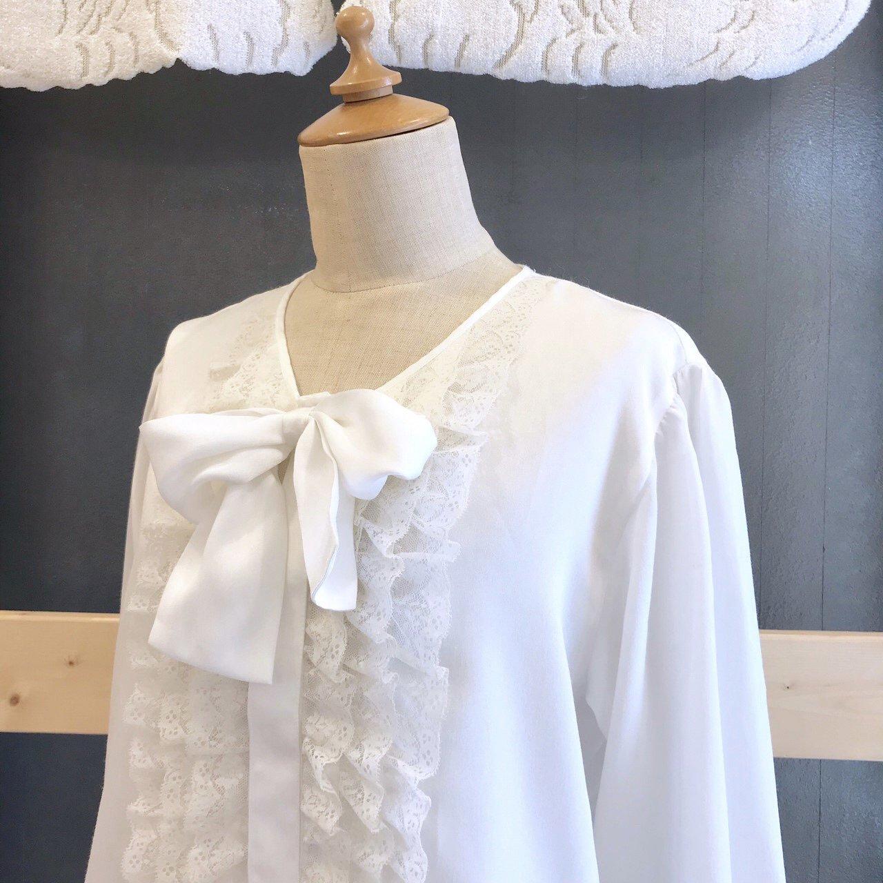 フリルとリボンのwhite blouse