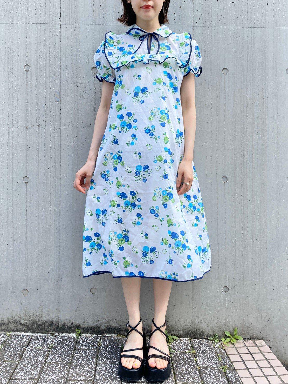 青いお花柄ワンピース