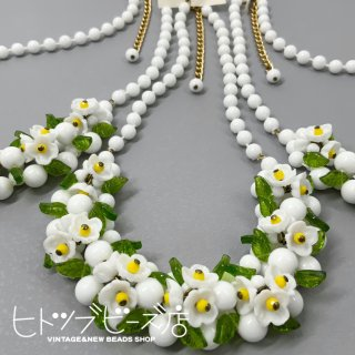 <img class='new_mark_img1' src='https://img.shop-pro.jp/img/new/icons1.gif' style='border:none;display:inline;margin:0px;padding:0px;width:auto;' />Vintage German White Plastic Flower Necklace