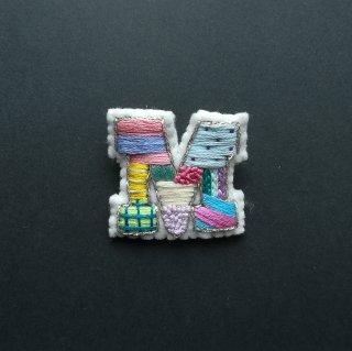 【限定】アルファベット刺繍ブローチ《M》