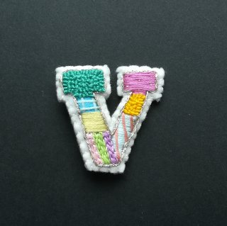 【限定】アルファベット刺繍ブローチ《V》