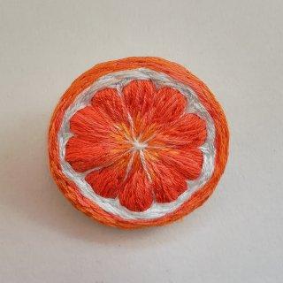 オレンジの刺繍ブローチ