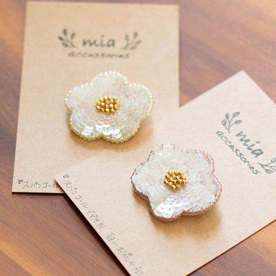mia(ミア) スパンコールで出来た白いお花のブローチ スパンコールで出来た可愛いお花ブローチ