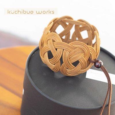 kuchibueworks(クチブエワークス) 軽くて丈夫な素材のコーヒー染めラタンバングル 洋服やバッグにも合う