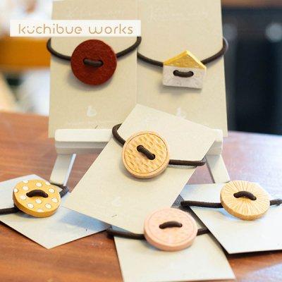 kuchibueworks(クチブエワークス) ボタンモチーフの陶器ヘアゴム 腕につけてもお洒落で可愛い