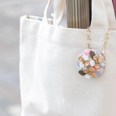nijiiro works リバティの生地を使ったお洒落なバッグチャーム 多色使いの小花柄をプリントした上品なチャーム