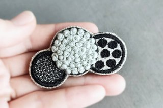 <img class='new_mark_img1' src='https://img.shop-pro.jp/img/new/icons13.gif' style='border:none;display:inline;margin:0px;padding:0px;width:auto;' />ふわもこ 刺繍 ドットブローチ / ペールグリーン - jumelle -