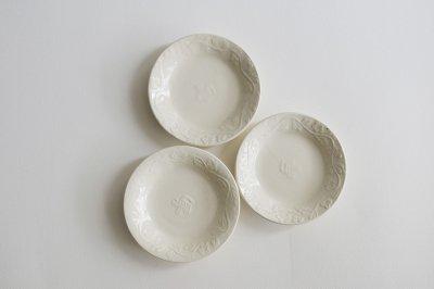 郡司製陶所 - 型打皿・4寸〈白・草花に鳥〉