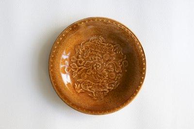 郡司製陶所 - 型打皿・6寸〈薄飴・草花に鹿〉