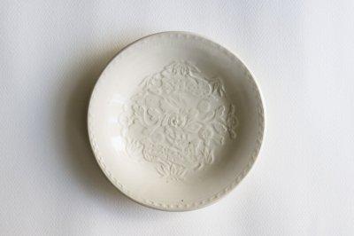 郡司製陶所 - 型打皿・6寸〈白・草花に鹿〉
