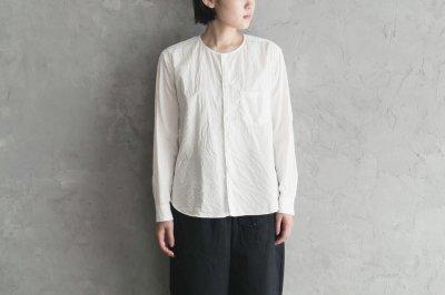 ゴーシュ - ブロードノーカラーシャツ 〈ホワイト〉