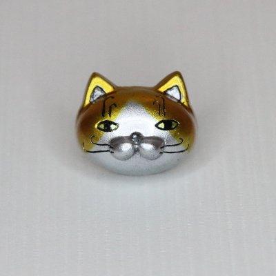 【猫 金のハチワレ】 バッジ・マグネット
