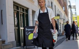 APRON WITH POCKET<img class='new_mark_img2' src='https://img.shop-pro.jp/img/new/icons3.gif' style='border:none;display:inline;margin:0px;padding:0px;width:auto;' />