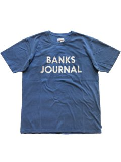 <img class='new_mark_img1' src='https://img.shop-pro.jp/img/new/icons13.gif' style='border:none;display:inline;margin:0px;padding:0px;width:auto;' />BANKS JOURNAL JOURNAL Tee NEWPORT BLUE