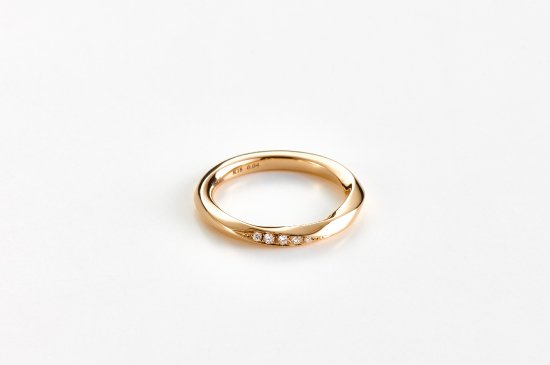 ripples of water ring with seven diamnds