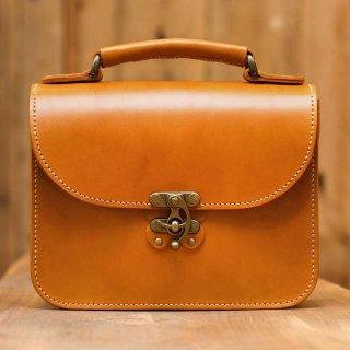 〈14日以内発送〉蝶モチーフのアンティークなヌメ革2wayバッグ(キャメル)