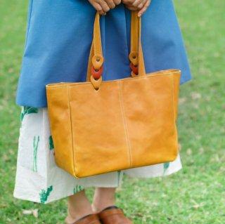 〈7日以内発送〉さりげないバイカラーのヌメ革A4トートバッグ イエロー×オレンジ(レザー 牛ヌメ革)