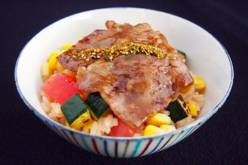 炙り牛肉の旬菜御飯