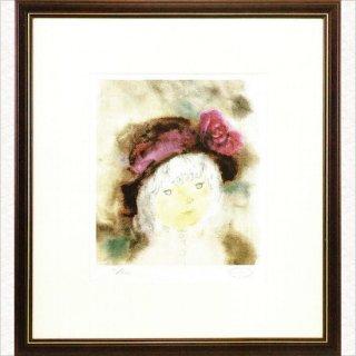バラ飾りのついた帽子の少女