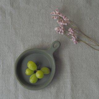 マカロンモスグリーン・フライパンの皿
