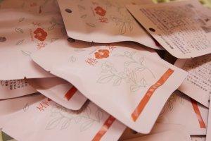 お買得品 !【 椿茶ミニパック100個/1パック 】 返礼品!プチギフト ノベルティ用 紅茶の味わい   記念品にも 引き出物 の一品に。プチギフト に。