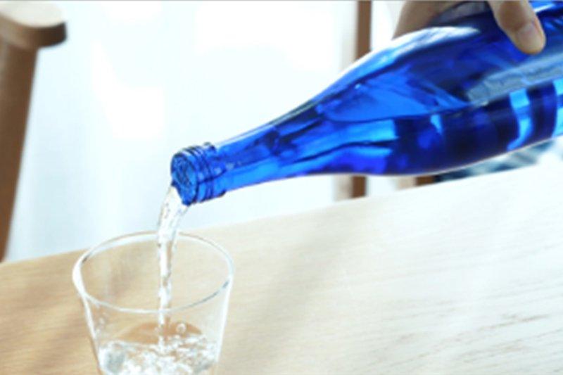 好評!涼しげなブルーボトルで癒し効果やインテリア度をアップ