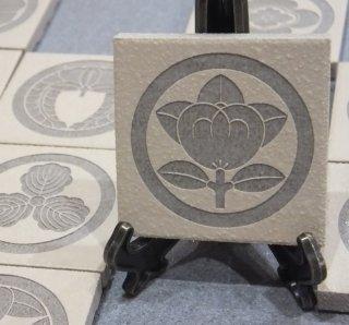 家紋 オリジナル彫刻タイル人気の家紋24種 和風タイル4.65cm角 オフホワイト 表札オブジェ 丸に橘