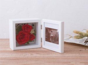 赤いバラのプリザーブドフラワーの写真立て(フォトフレーム) L(レッド) ※ギフトタイプ2