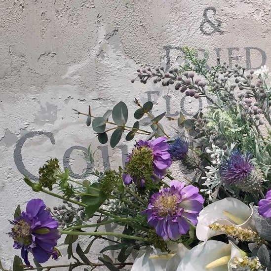 白のバラとカラー、ブルーのスカビオサ 大きな高級造花のアレンジメント